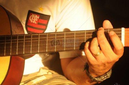 弹吉他的男人