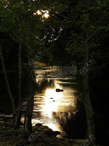 水面上的光芒