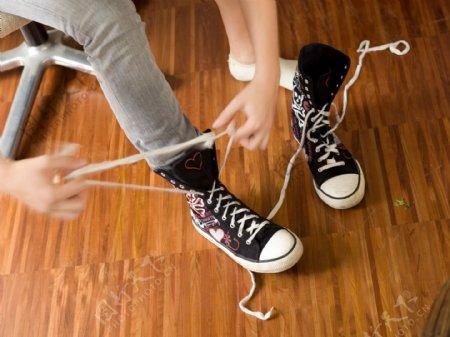 系鞋带人物摄影图片