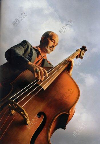 弹大提琴的绅士