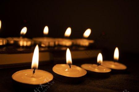 祈祷用的蜡烛背景1