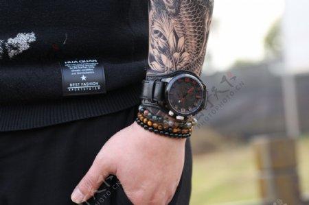 模特和男士时尚黑色腕表1