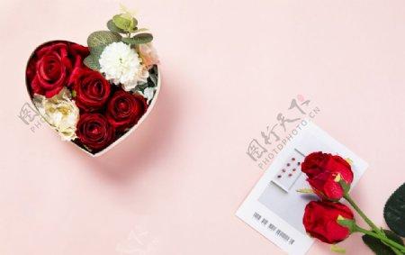 粉红背景上装满花的礼物盒