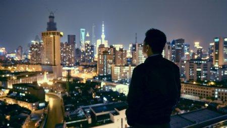 繁华城市男人仰望背影
