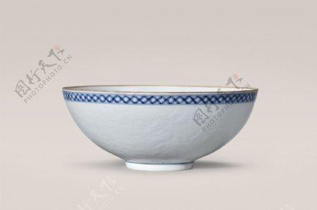 白釉暗刻龙纹碗