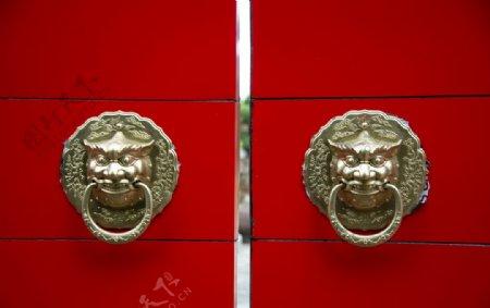 红色大门门环图片