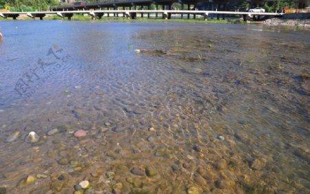 河水水面鹅卵石图片