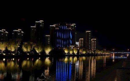 湖边高楼灯光秀图片