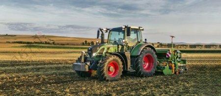 农场拖拉机耕地装饰画图片