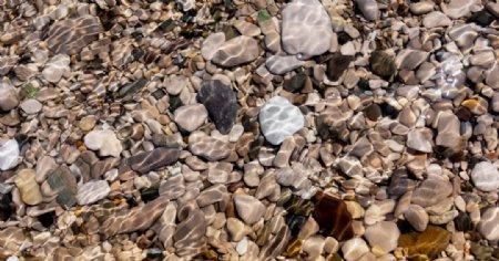 溪流鹅卵石图片