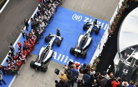 F1比赛银剑奔驰车队图片