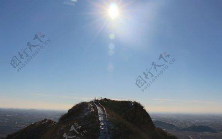 阳光下的山头图片